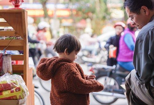 Foto d'estoc gratuïta de bebè, hivern, homes, vida al carrer