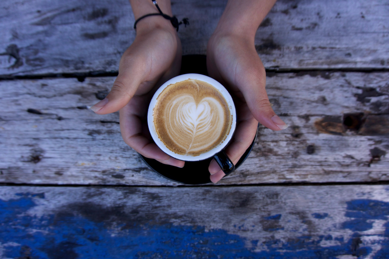 Gratis arkivbilde med drikke, espresso, hender, kaffe