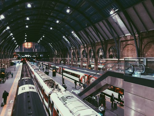 Tren İstasyonunun İçinde Yürüyen İnsanlar
