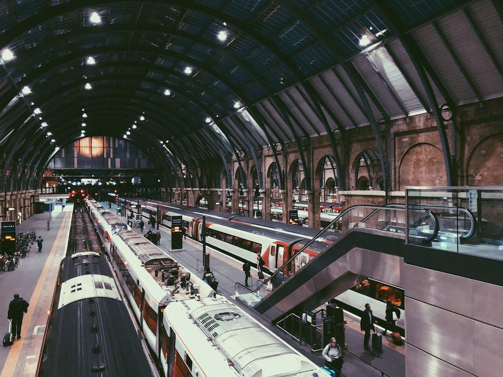 Ilmainen kuvapankkikuva tunnisteilla arkkitehtuuri, asemalaituri, englanti