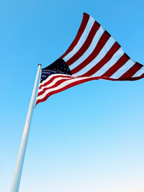 Bandera De Estados Unidos En El Poste Bajo Un Cielo Azul