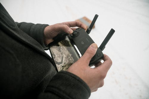 Бесплатное стоковое фото с гаджет, держать, контроллер дронов, мобильный телефон
