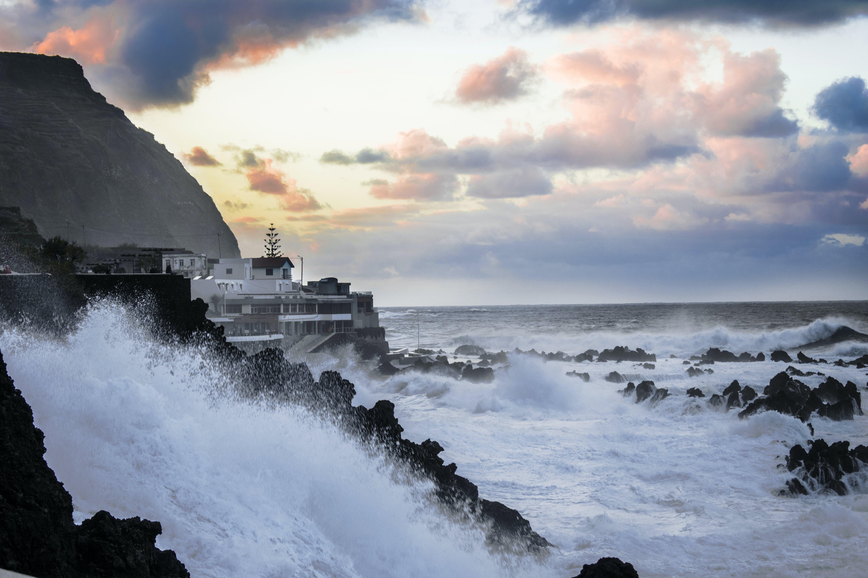 Foto profissional grátis de água, alvorecer, beira-mar, casas