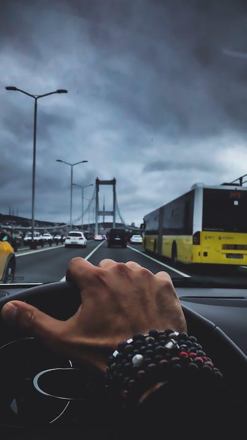 Kostenloses Stock Foto zu hand, schwarzes auto, straße