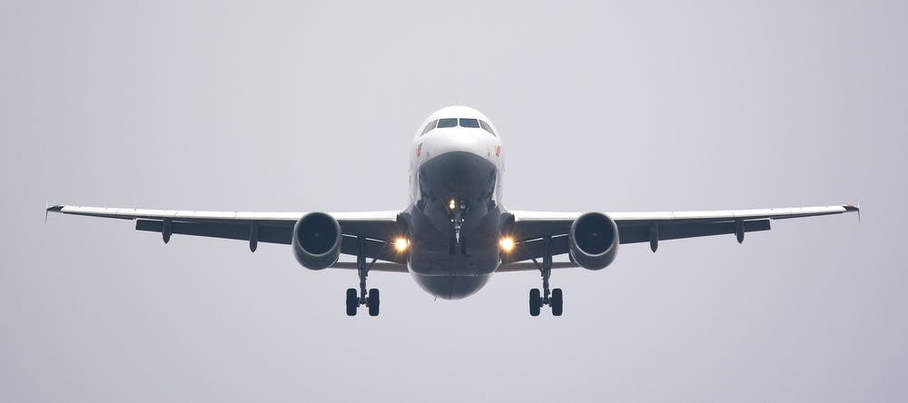A white commercial airplane. | Photo: Pexels