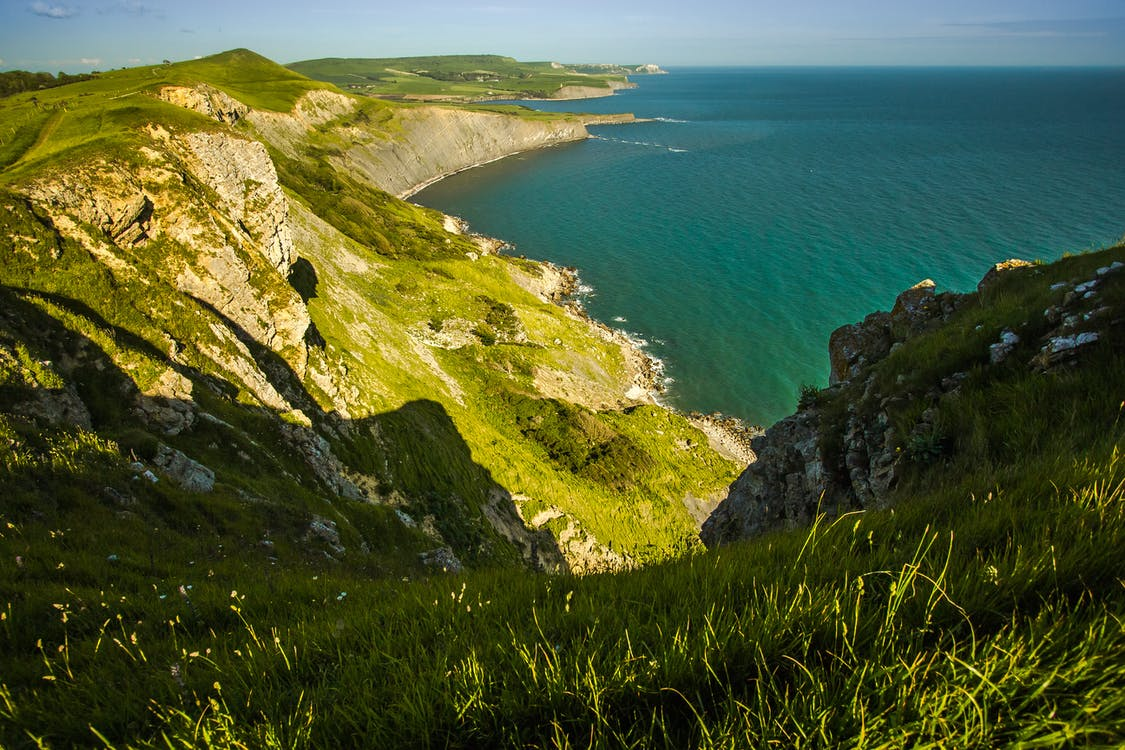 bord de mer, cailloux, colline