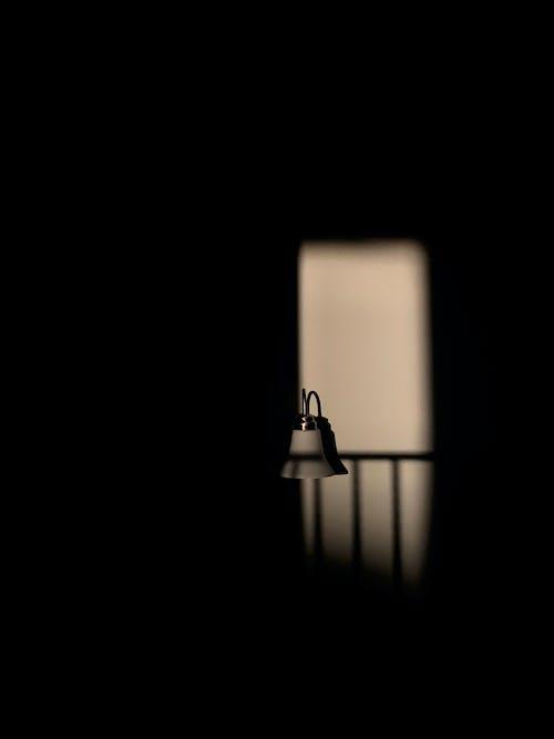 Fotos de stock gratuitas de apartamento, candelabro de pared, hueco de escalera, ligero