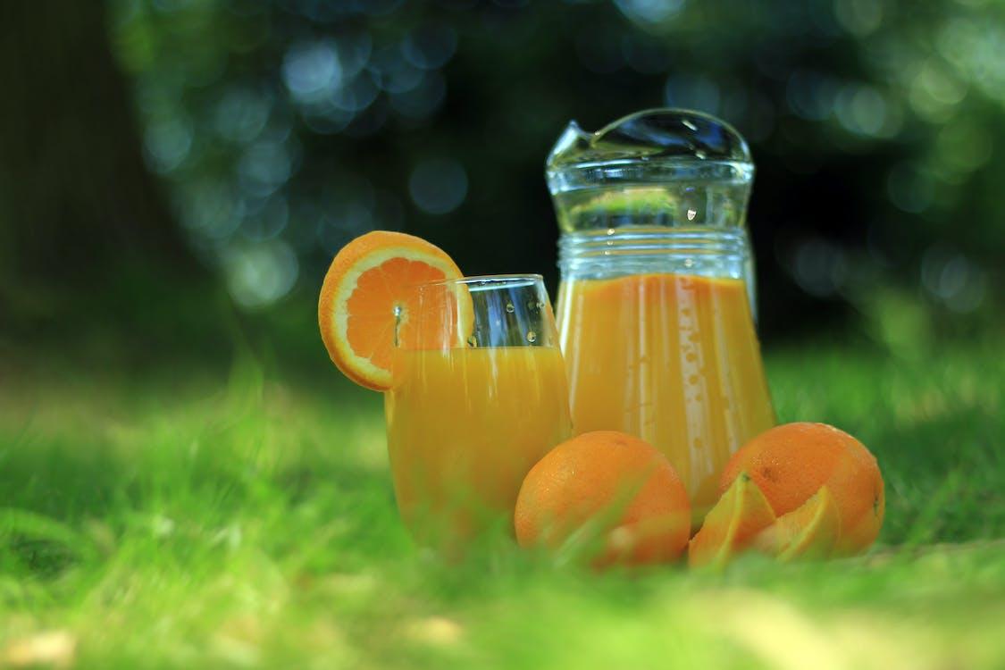 オレンジジュースで満たされた透明なガラスカップ