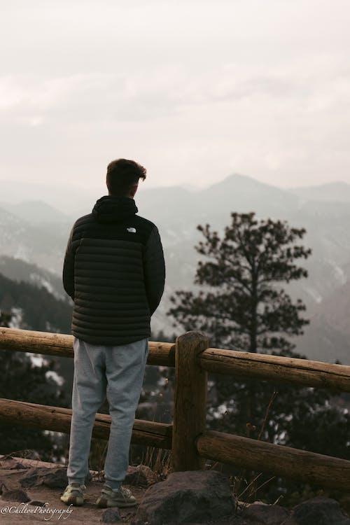 Gratis stockfoto met bergen, groene bergen, kerel, mensen