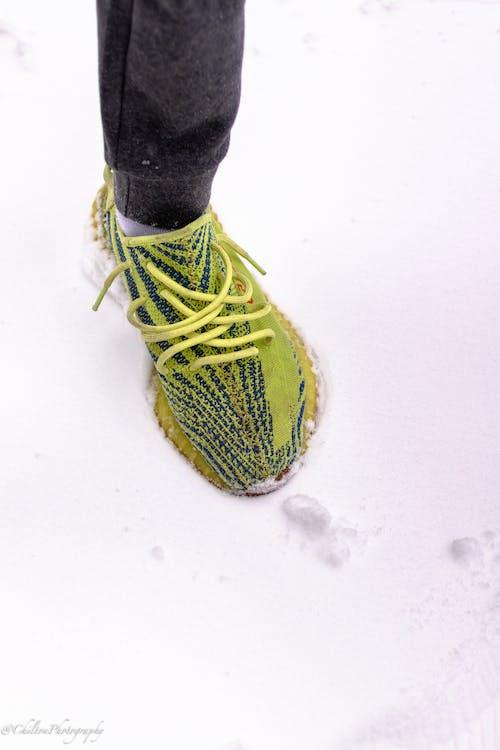 Gratis stockfoto met geel, groen, schoenen, sneeuw
