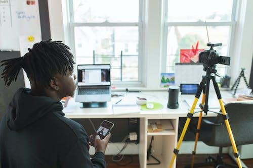 Fotos de stock gratuitas de cámara, hombre, hombre negro, persona