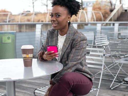 Mujer Sosteniendo Smartphone Con Funda Rosa