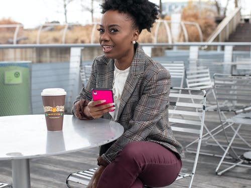 Frau, Die Smartphone Mit Rosa Fall Hält