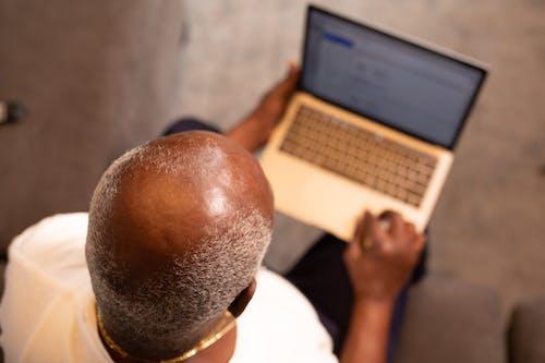 Mann Im Weißen Hemd Mit Macbook Pro