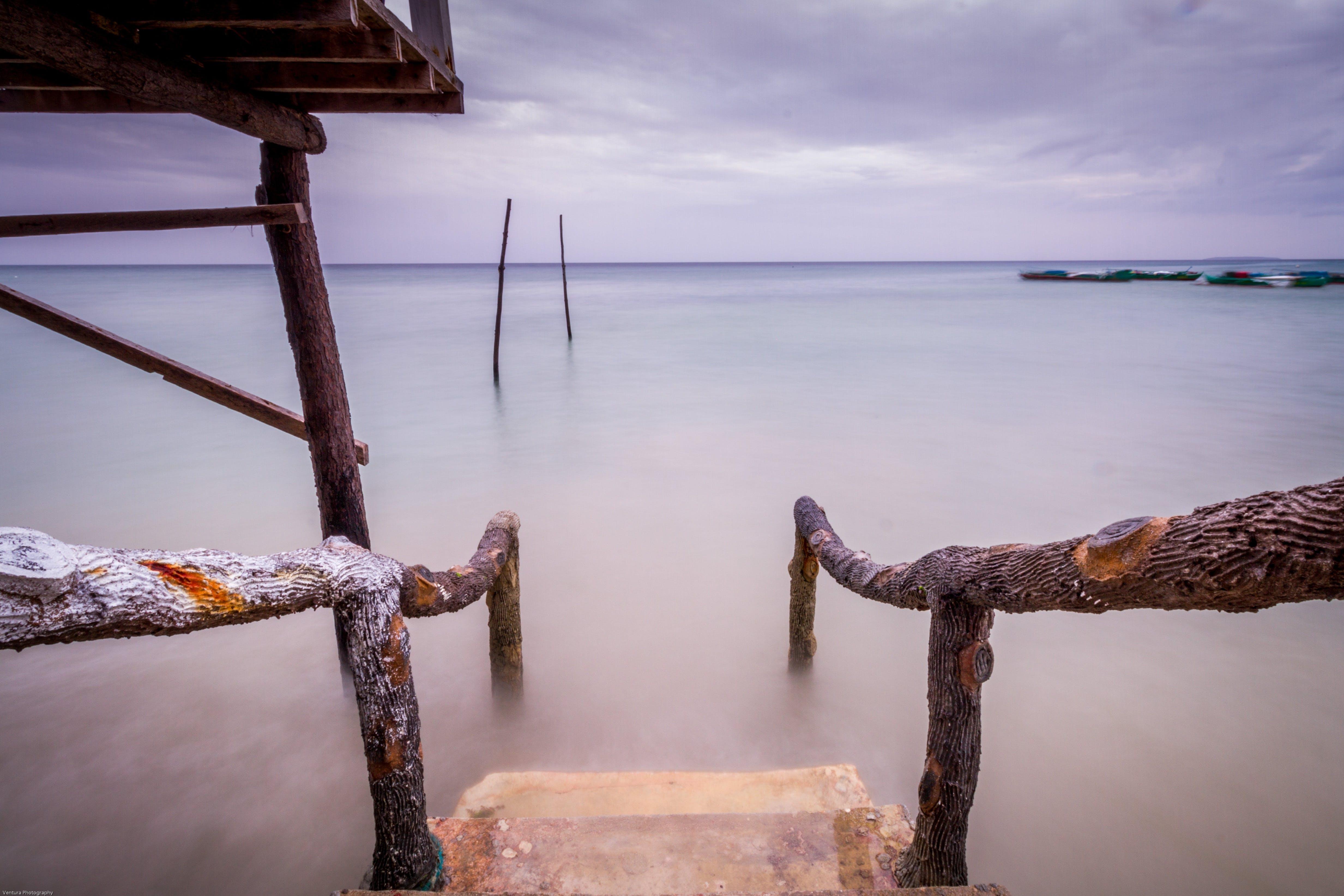 Foto d'estoc gratuïta de aigua, alba, barana de fusta, blau