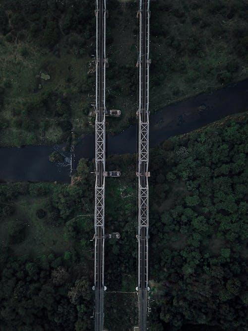 2つの灰色の空の橋