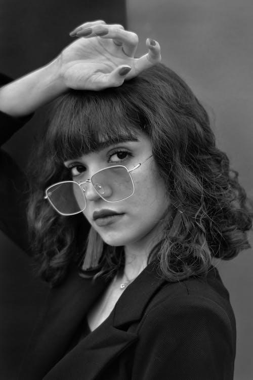 Graustufenfotografie Der Frau, Die Ihre Hand Auf Ihren Kopf Legt