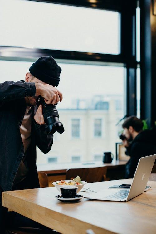 Fotobanka sbezplatnými fotkami na tému bufet, dospelý, elektronika, fotoaparát
