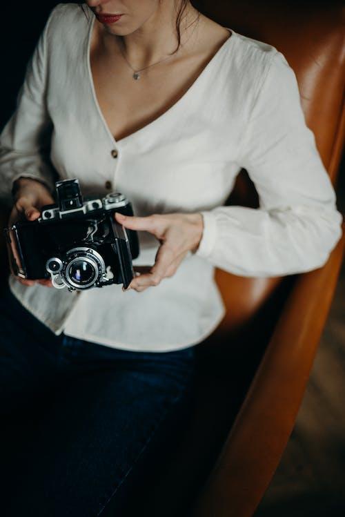 Безкоштовне стокове фото на тему «аналогова камера, вінтажна камера, жінка, камера»