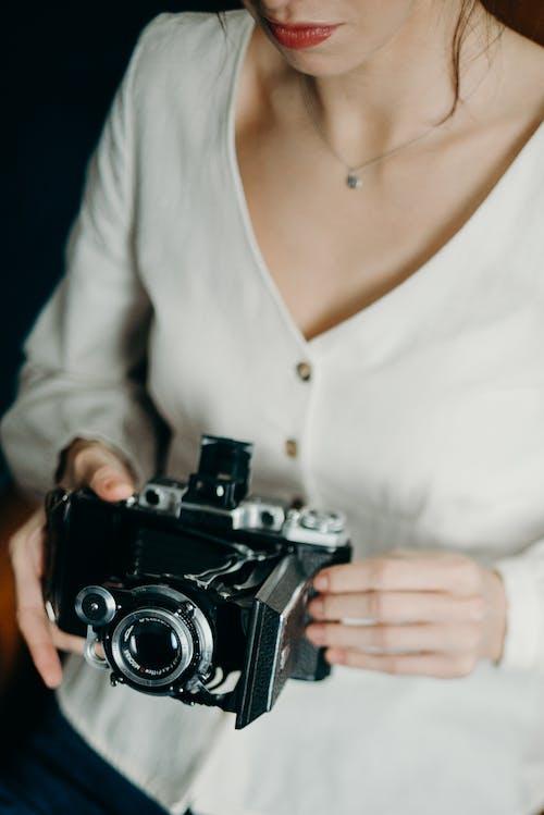 Ilmainen kuvapankkikuva tunnisteilla analoginen kamera, henkilö, huulet, istuminen