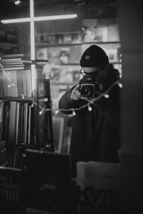 analógový fotoaparát. analógová kamera, čiapka, čiernobiely