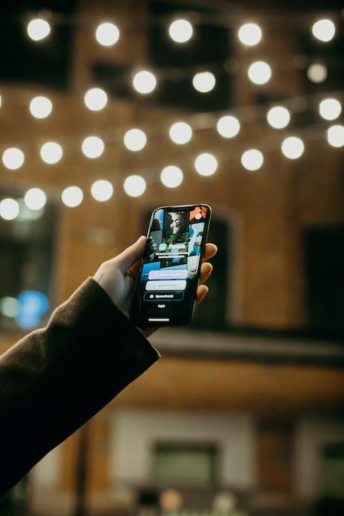 Persona In Possesso Di Smartphone