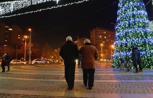 Immagine gratuita di albero di natale, atmosfera natalizia, auto, camminando