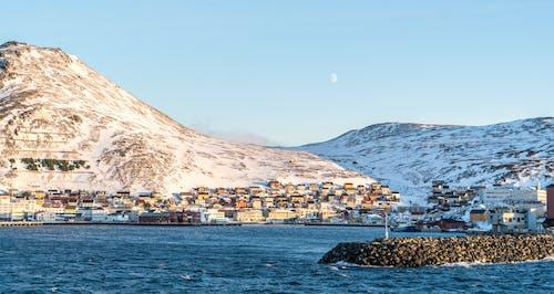 Δωρεάν στοκ φωτογραφιών με ακτή, αρχιτεκτονική, βάρκες, βουνό
