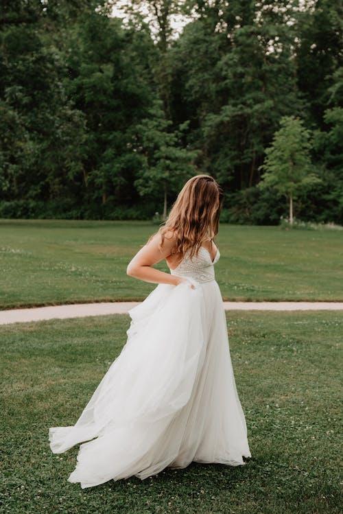 女人穿着白色的婚纱
