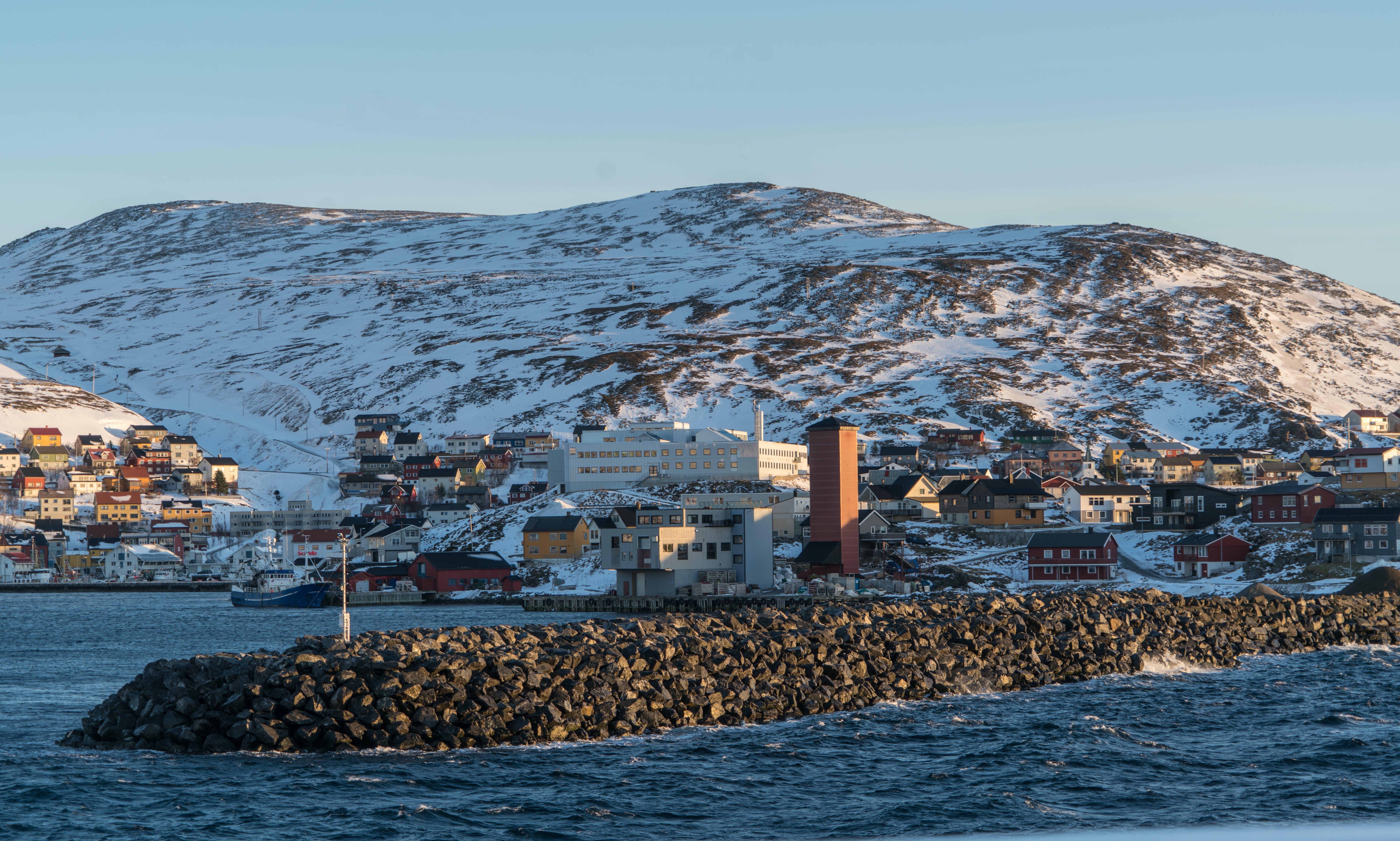 binalar, dağ, dalgalar, deniz içeren Ücretsiz stok fotoğraf