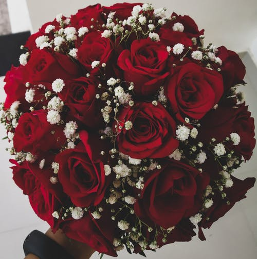 Darmowe zdjęcie z galerii z biały, bukiet kwiatów, czarno-biały, czerwona róża