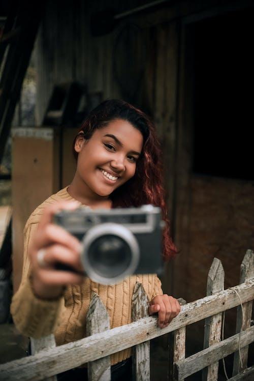 Gratis arkivbilde med attraktiv, kamera, kvinne