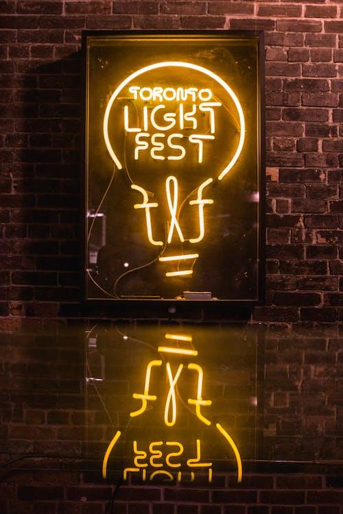 Insegna Al Neon Illuminata Sul Muro Di Mattoni