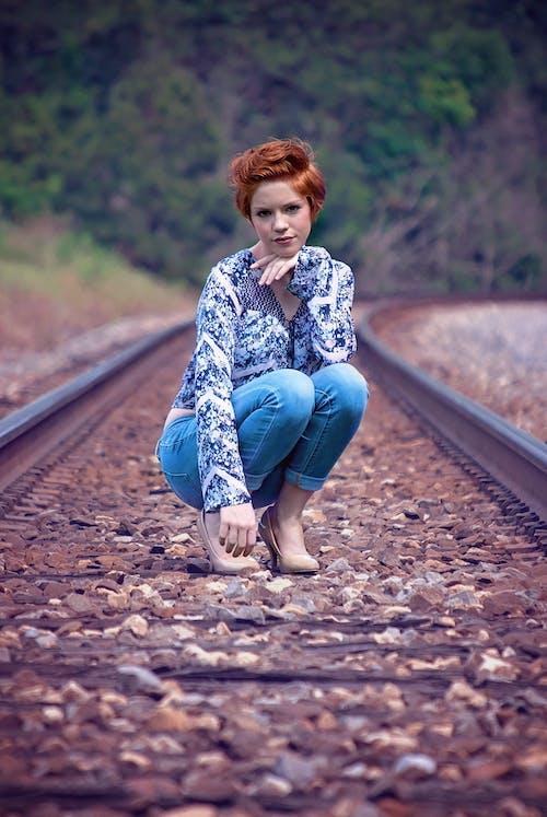 Fotos de stock gratuitas de actitud, barandilla, cabello rojo, chica