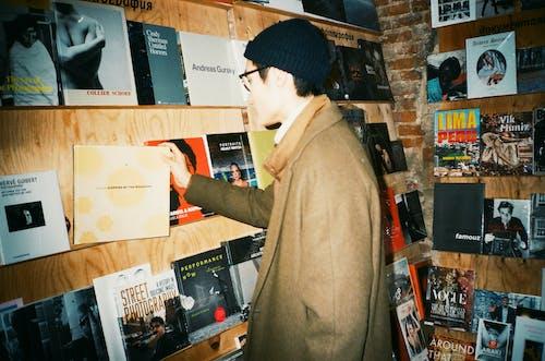 Ilmainen kuvapankkikuva tunnisteilla kirjakauppa, kirjat, mies, rento asu