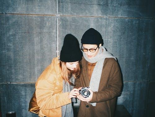 Fotobanka sbezplatnými fotkami na tému byť spolu, dvojica, filmová fotografia, fotoaparát
