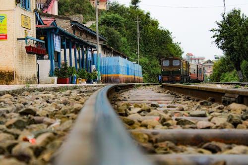 Darmowe zdjęcie z galerii z indyjska panna młoda, pociąg parowy, tor kolejowy