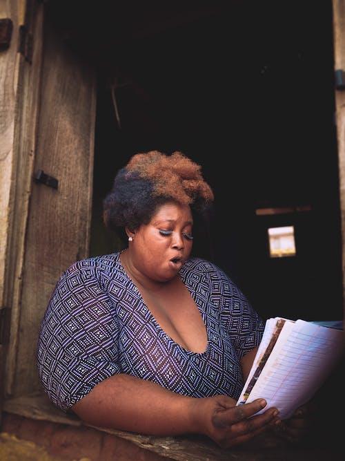 黑色和白色长袖衬衫阅读书中的女人