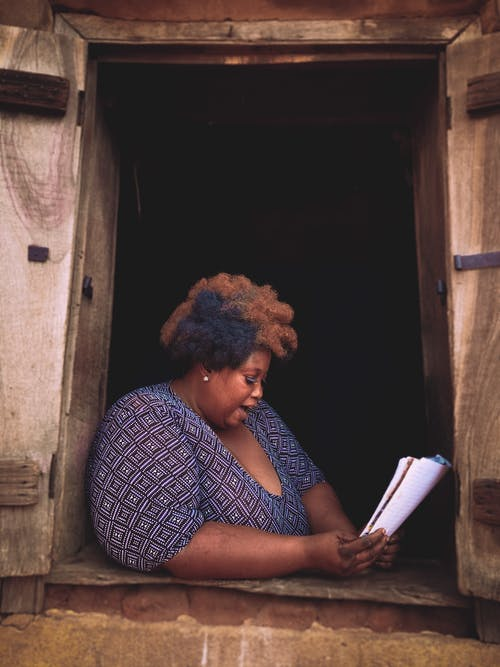 Ảnh lưu trữ miễn phí về ánh sáng ban ngày, đàn bà, đọc hiểu, ngồi