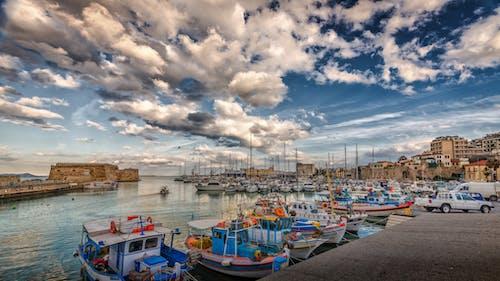 Δωρεάν στοκ φωτογραφιών με βάρκες ψαρέματος, θάλασσα, κάστρο, συννεφιασμένος ουρανός