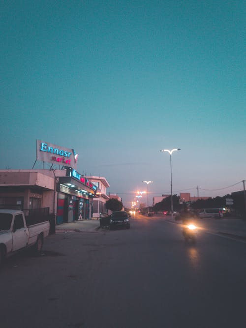 Безкоштовне стокове фото на тему «блакитне небо, Блискавка, вулиця міста, вуличні ліхтарі»