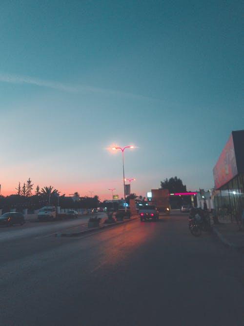 Безкоштовне стокове фото на тему «автомобільні вогні, вулиця міста, жвава вулиця, кольори заходу сонця»