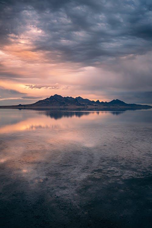 Kostenloses Stock Foto zu abend, berg, dämmerung, dramatischer himmel