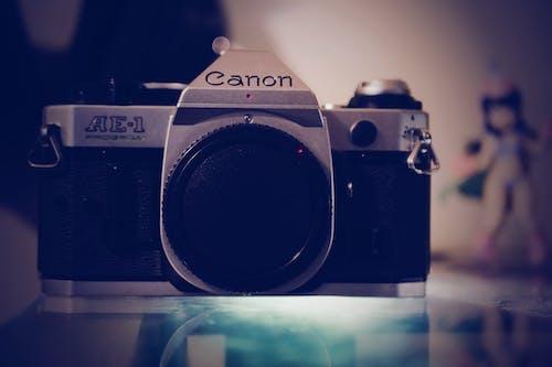 Бесплатное стоковое фото с винтажная камера, канон ае-1, канон камара, пленочная камера