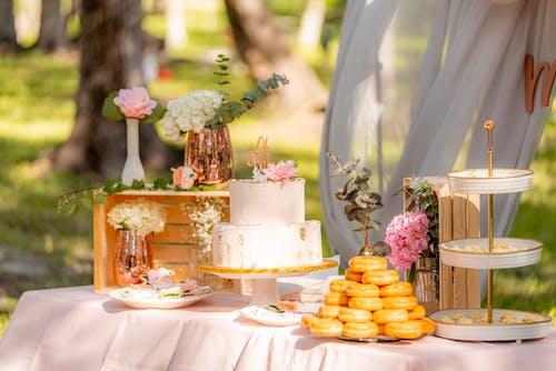 Základová fotografie zdarma na téma dezertní stůl, dort, koblihy, sladkosti