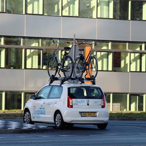Foto d'estoc gratuïta de bicicletes a sobre d'un cotxe