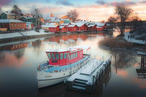 家の近くの水の白いボート