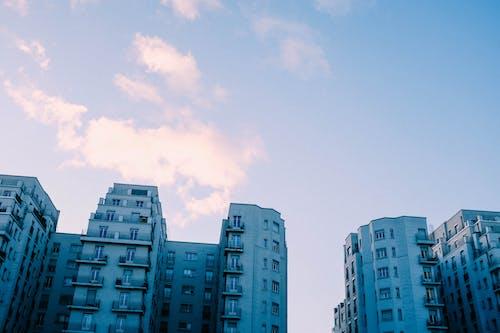 Foto d'estoc gratuïta de apartaments, arquitectura, cel, disseny arquitectònic