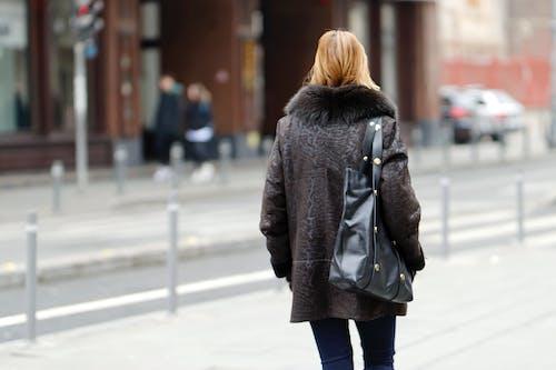 Immagine gratuita di auto, borsa, camminando, capelli biondi