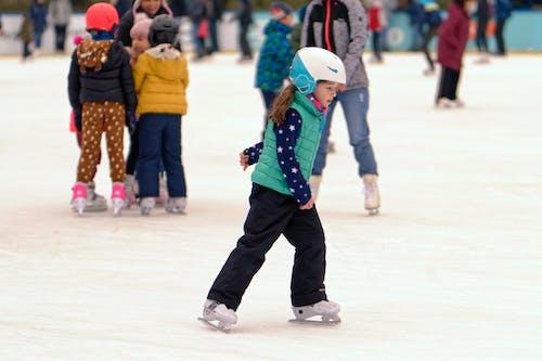 Immagine gratuita di bambini, bambino, casco, fare skateboard
